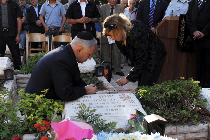 Israeli PM Benyamin Netanyahu with his wife Sara at the grave of his late brother Yoni Netanyahu  who was kiled in Antebe Uganda on a resque mission (Photo: Moshe Milner GPO/Flash 90) ?? ????